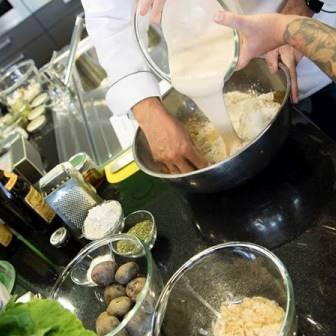 Bäcker und Koch beim gemeinsamen Backen und Experimentieren